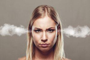 asszertivitás helyett agresszivitást mutat a nő a képen